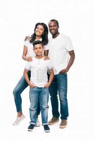 Photo pour Beaux heureux afro-américains parents avec fils souriant à la caméra isolé sur blanc - image libre de droit