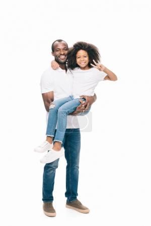 Photo pour Heureux père afro-américain, transportant l'adorable petite fille isolée sur blanc - image libre de droit