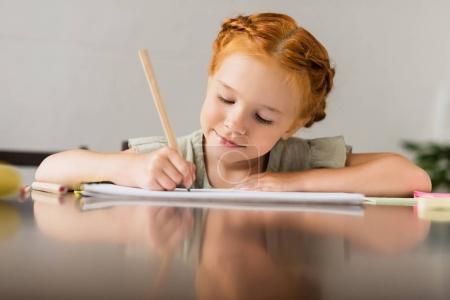 Photo pour Axé sur la belle petite fille dans l'album de dessin avec crayon - image libre de droit