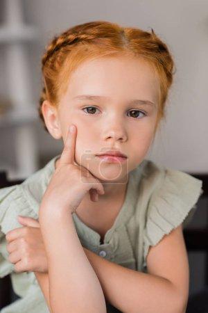 Foto de Primer plano retrato de hermosa niña pensativa - Imagen libre de derechos