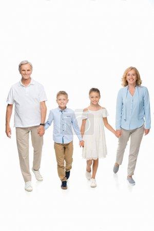 Großeltern und Enkel halten Händchen