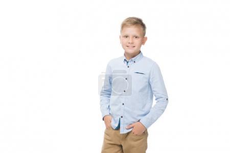 Photo pour Portrait de petit garçon caucasien souriant avec les mains dans la poche regardant la caméra isolée sur blanc - image libre de droit