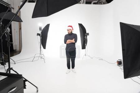 Homme caucasien en studio photo