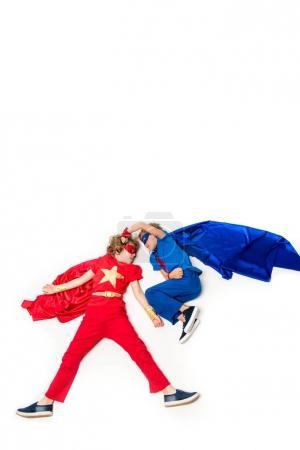 Foto de Adorables muchachos en trajes de super héroe aislados en blanco - Imagen libre de derechos