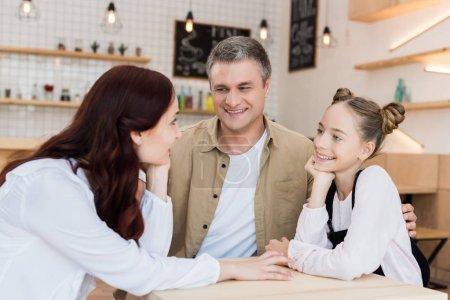 Photo pour Belle famille embrassant dans le café et se regardant - image libre de droit