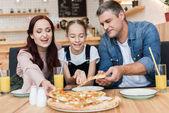"""Постер, картина, фотообои """"Счастливая семья, едят пиццу"""""""