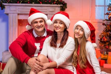 Photo pour Heureuse famille à Noël dans le salon décoré - image libre de droit