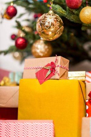 Photo pour Belles boîtes-cadeaux colorées sous l'arbre de Noël - image libre de droit