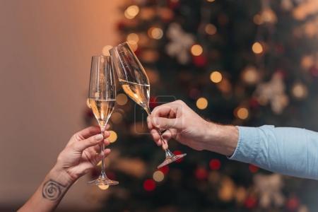 Photo pour Plan recadré de quelques verres cliquetis avec champagne à Noël - image libre de droit