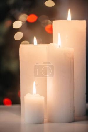 Photo pour Vue rapprochée du blanc des bougies allumées à la veille de Noël - image libre de droit