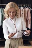 femme, faire du shopping dans la boutique de vêtements