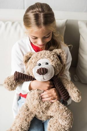 enfant avec ours en peluche