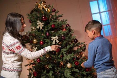 Photo pour Heureuse mère et mignon petit garçon décoration arbre de Noël ensemble - image libre de droit