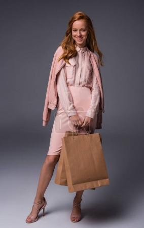 Dame avec des sacs à provisions