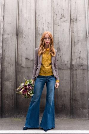 Photo pour Attractif élégante élégante rousse avec bouquet de fleurs - image libre de droit