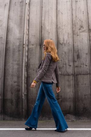 Photo pour Attrayant rousse fille à la mode dans des lunettes et tenue d'automne - image libre de droit