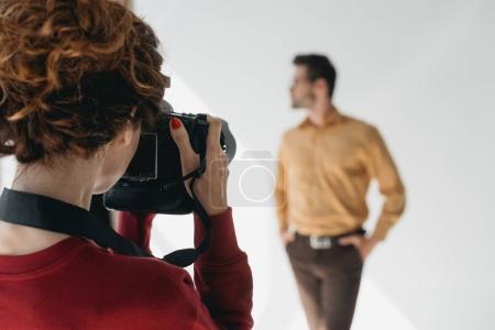 Photo pour Photographe professionnel féminin et beau modèle élégant en studio photo - image libre de droit
