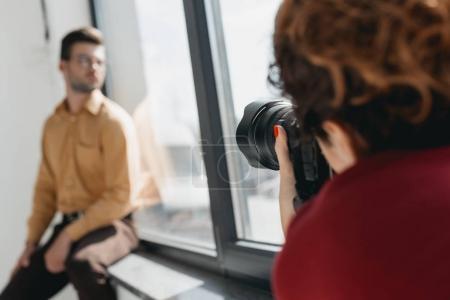Photo pour Photographe professionnel et beau modèle élégant à fenêtre - image libre de droit