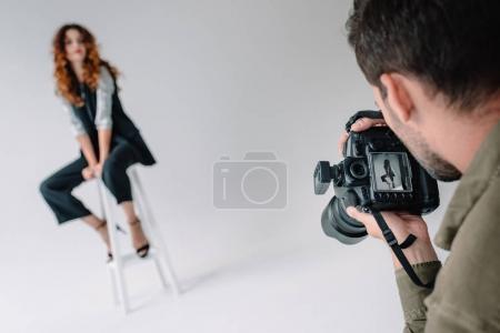 Foto de Fotógrafo profesional y atractivo modelo de moda grabar en estudio de fotografía con equipo de iluminación - Imagen libre de derechos