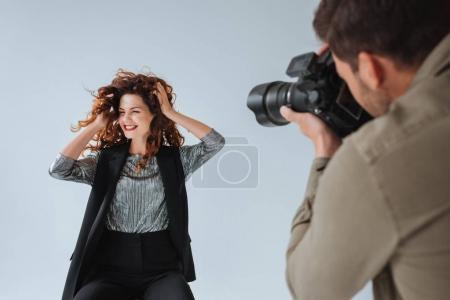 Photo pour Photographe professionnel et modèle attrayant sur le tournage de mode en studio photo - image libre de droit