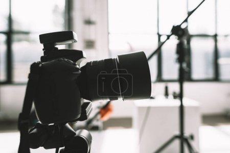 Photo pour Gros plan de l'appareil photo numérique en studio photo - image libre de droit