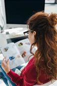 """Постер, картина, фотообои """"читать журнал женщина в офисе"""""""