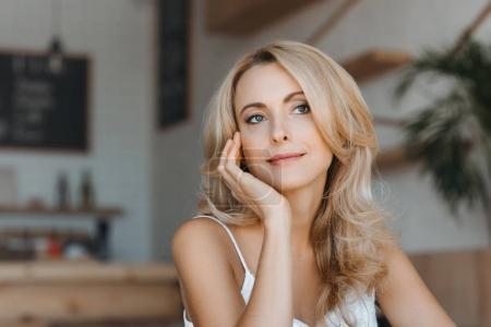 Photo pour Portrait de belle femme d'âge mûr coûteux regardant loin - image libre de droit