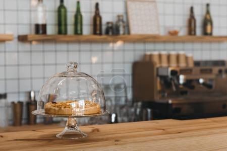 Photo pour Vue rapprochée du délicieux gâteau sur le comptoir à café - image libre de droit