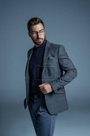 Foto de Joven empresario guapo en traje formal y gafas - Imagen libre de derechos