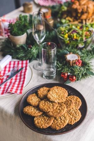 Photo pour Pile de délicieux biscuits faits maison sur la table de Noël - image libre de droit