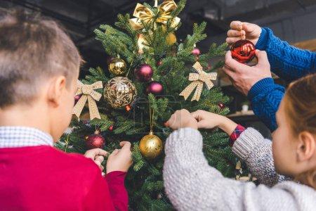 Photo pour Gros plan de la famille décoration arbre de Noël - image libre de droit