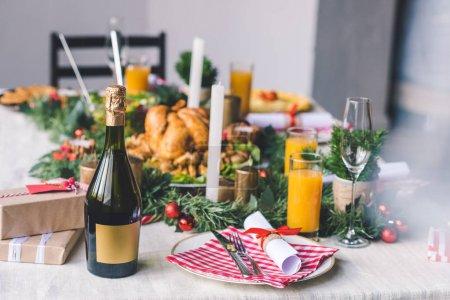 Photo pour Table de Noël décoré avec des plats délicieux - image libre de droit
