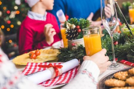 Photo pour Gros plan tiré de famille sur la table de Noël - image libre de droit
