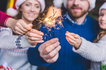 Photo pour Plan recadré de la famille avec des bâtons étincelants - image libre de droit