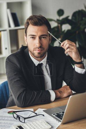 Młody biznesmen w miejscu pracy