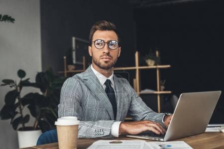 empresario que trabaja con el ordenador portátil