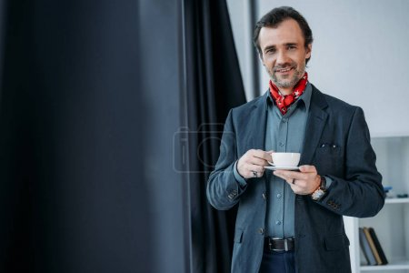 Biznesmen pijący kawę