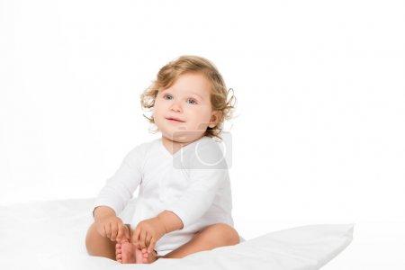 Photo pour Mignon tout-petit fille regardant loin isolé sur blanc - image libre de droit