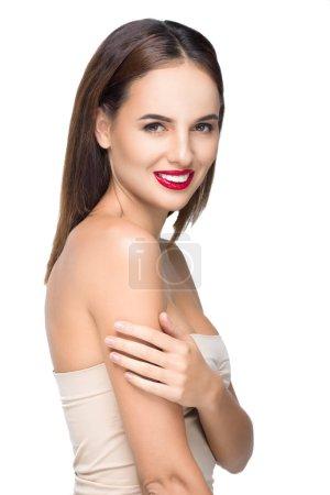 Photo pour Portrait de superbe jeune femme souriant à la caméra isolé sur blanc - image libre de droit