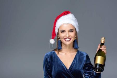 Frau mit Weihnachtsmütze und Champagner