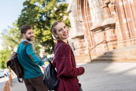 Photo pour Mari heureux et femme enceinte marchant dans la rue - image libre de droit