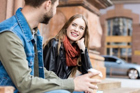 femme souriante regardant copain
