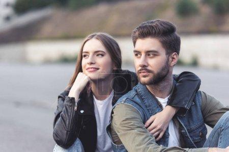 pareja pensativo mirando lejos