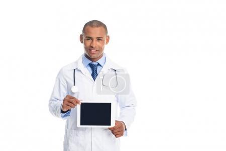 Foto de Americano africano masculino doctor en bata blanca con la tablet con la pantalla en blanco, aislada en blanco - Imagen libre de derechos