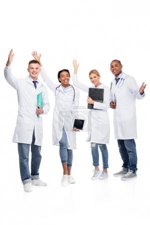 Photo pour Multiethniques médecins féminins et masculins gais, isolés sur blanc - image libre de droit