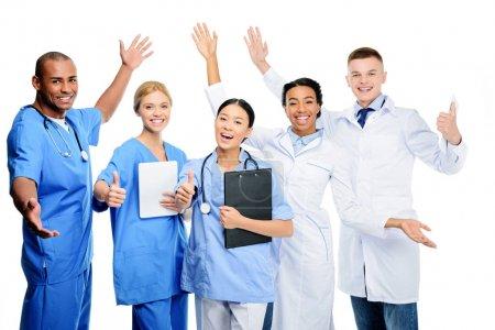 Photo pour Multiethniques chirurgiens et médecins, isolés sur blanc - image libre de droit
