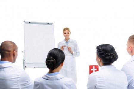 Photo pour Beau médecin présentant des pilules, isolé sur blanc - image libre de droit