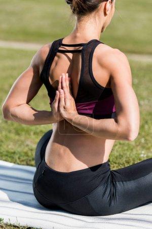 Photo pour Femme dans la prière inversée pose pratiquant d'yoga en plein air - image libre de droit