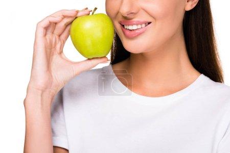 Photo pour Photo recadrée de femme souriante avec pomme fraîche isolé sur blanc - image libre de droit