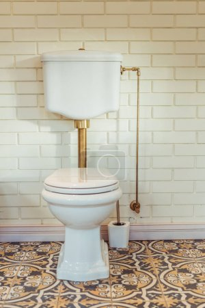 Photo pour Toilettes à chasse d'eau blanche dans la salle de bain moderne intérieur - image libre de droit